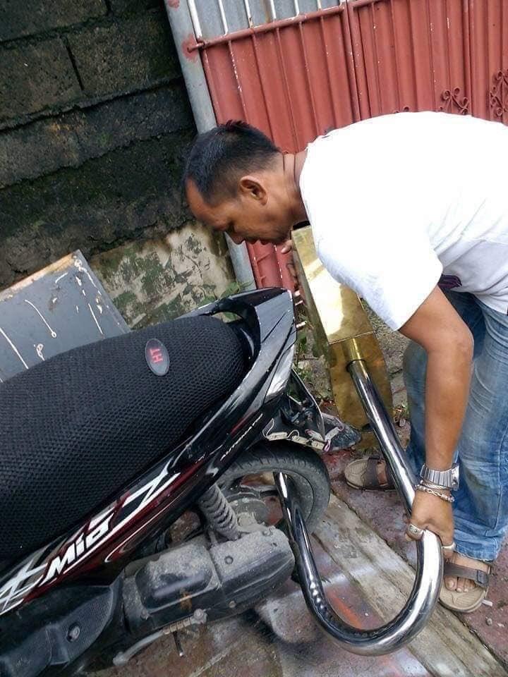 Gembok Raksasa Dipasang pada Velg Ban Belakang