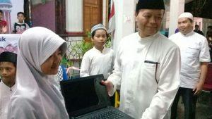 Bapak Dr. H. Muhammad Hidayat Nur Wahid, Lc., M.A (Wakil Ketua MPR RI) sekaligus memberikan sambutan dan seremoni simbolik penyerahan hadiah Laptop Anak Sholeh