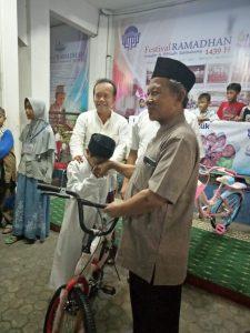 Seremoni penyerahan hadiah sepeda oleh Ustadz Eddy Nurtady, Mth selaku perwakilan Pengurus Masjid Al-ikhlash Jatipadang
