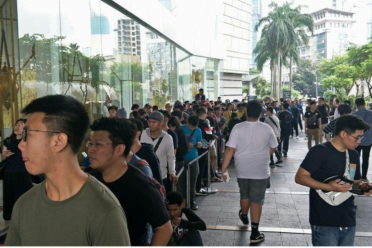 Antrean di depan Mall Grand Indonesia sejak Subuh demi bisa membeli Sepatu Adidas Yeezy Boost 350 V2 Black