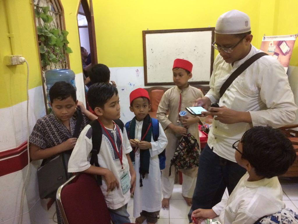 Absensi Peserta Madrasah Ramadhan Oleh Bapak Wira Perdana (Ketua Festival Ramadhan Masjid Al-Ikhlash 1439H) menggunakan teknologi dari kartujamaah.id