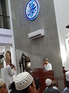 MC Shalat Tarawih Masjid Al-Ikhlash Jatipadang menyampaikan pengumuman
